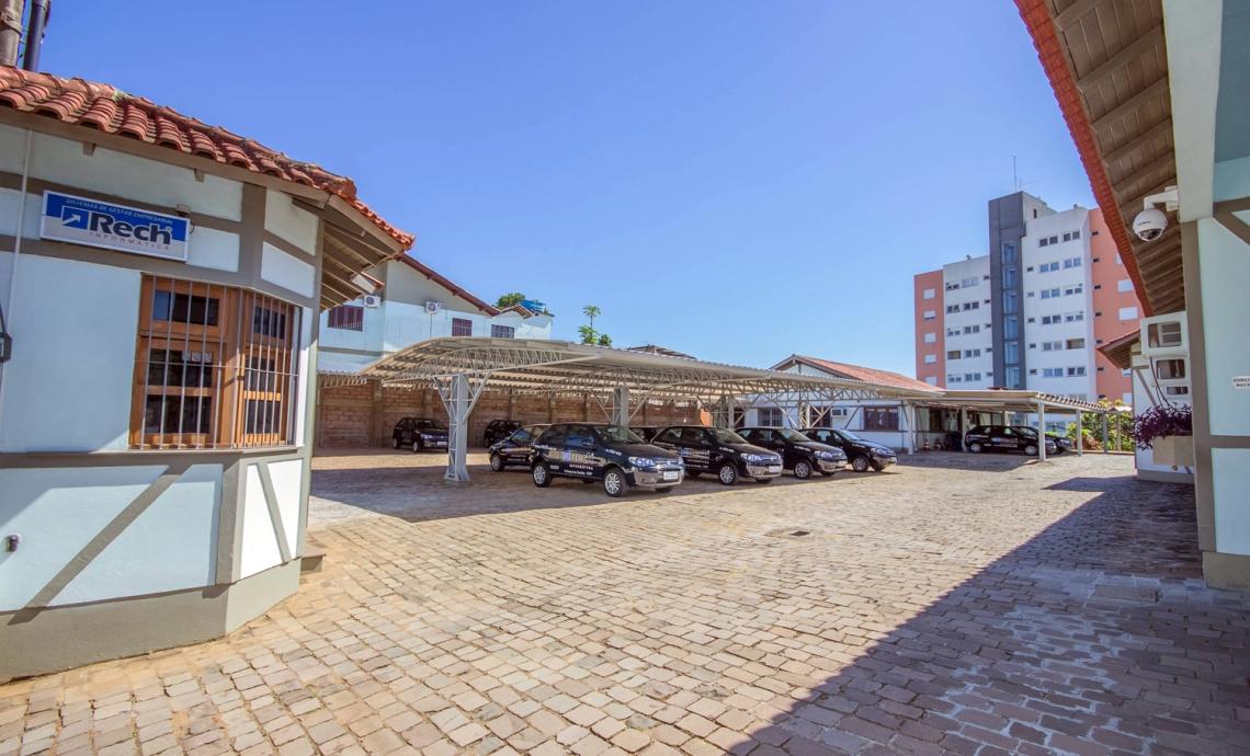 Amplo estacionamento interno para clientes e colaboradores.